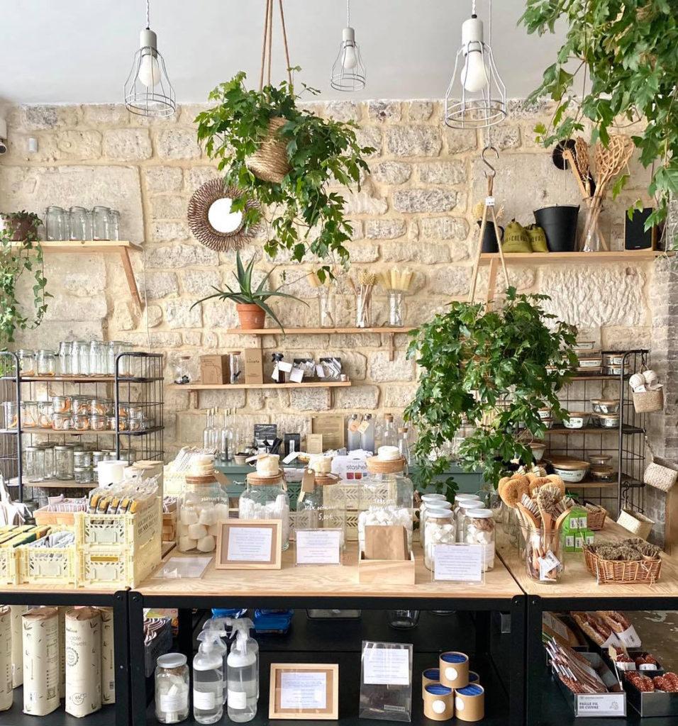 ustensiles de nettoyage et plantes dans une boutique